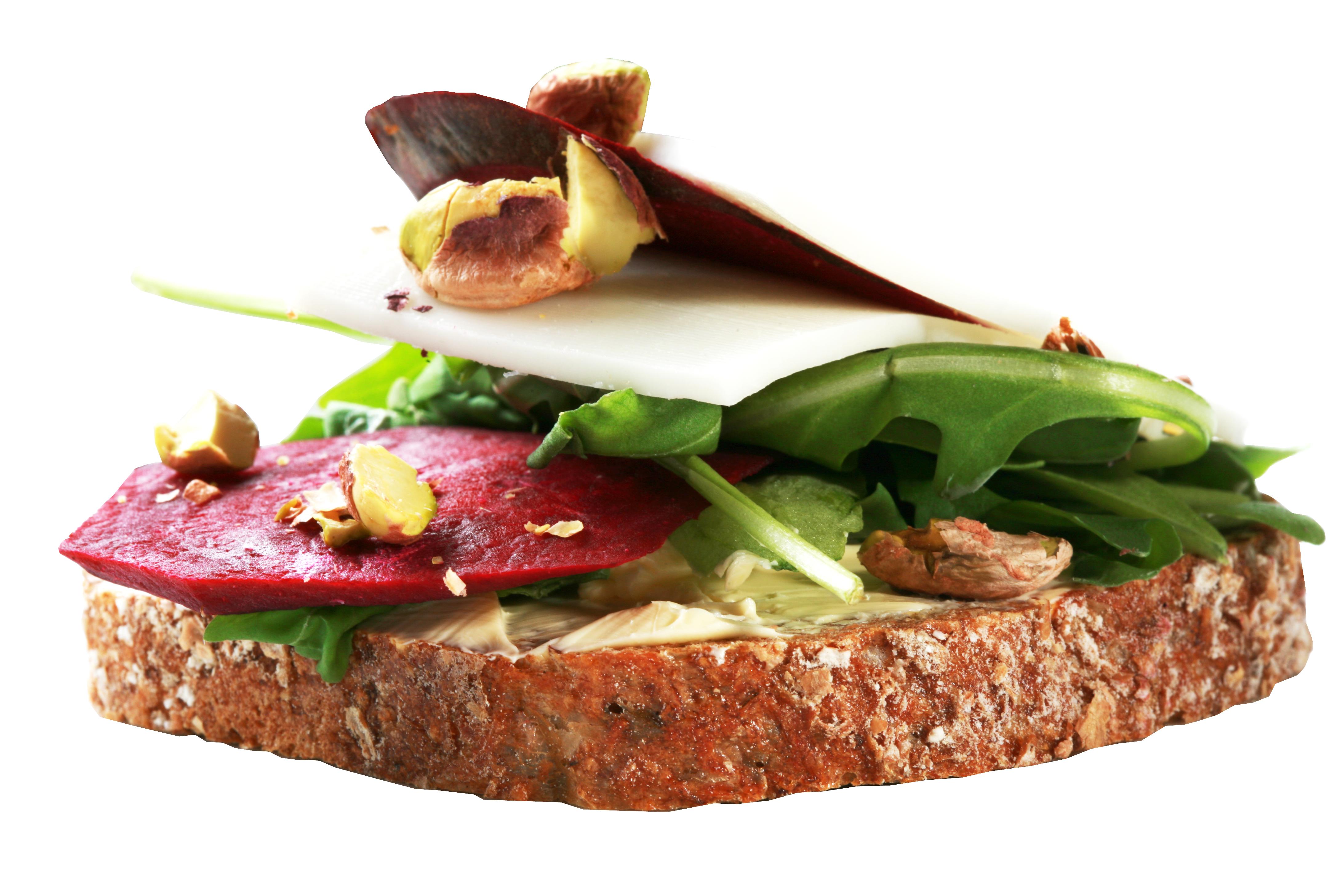 Kanapka z serkiem kozim, pieczonym burakiem, rukolą i pistacjami