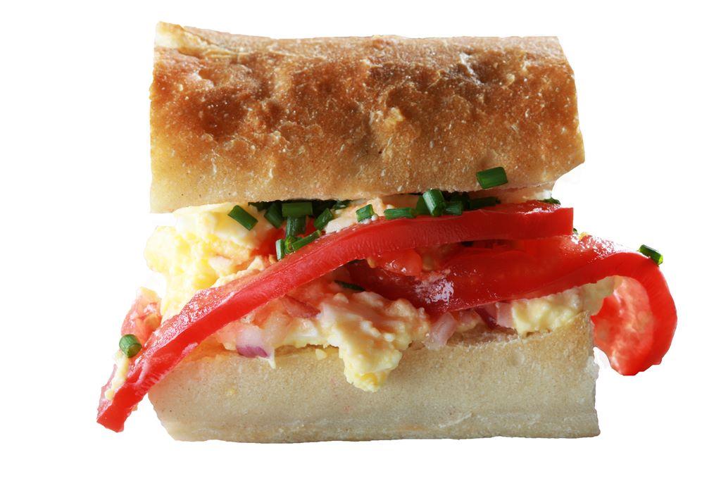 Kanapka z pastą jajeczną, pomidorem malinowym i szczypiorkiem