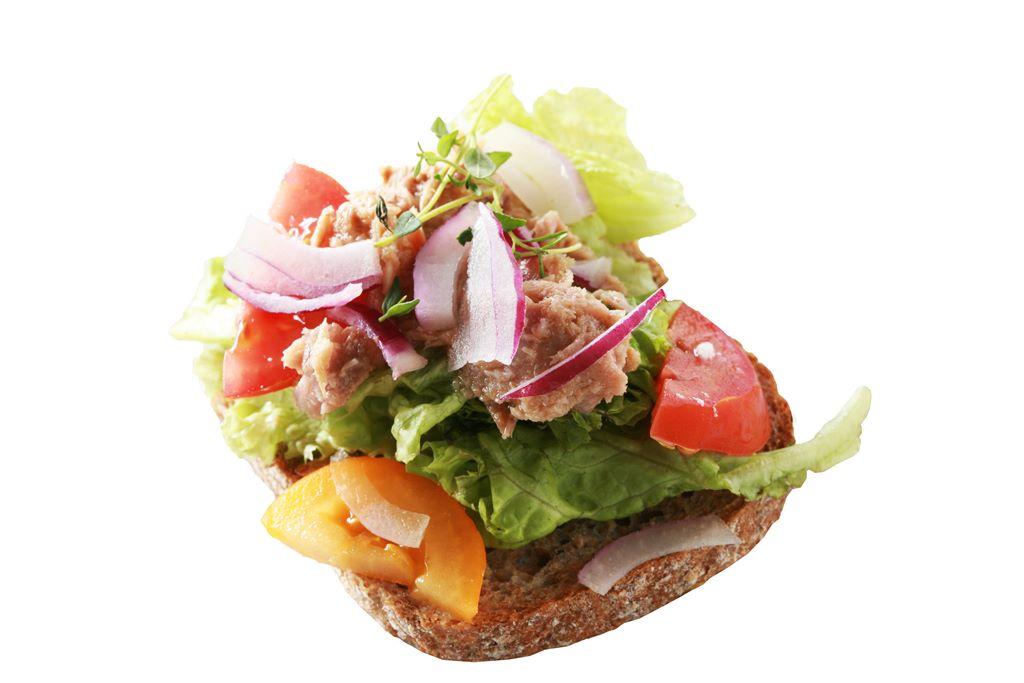 Kanapka z tuńczykiem, sałatą, papryką i czerwoną cebulą