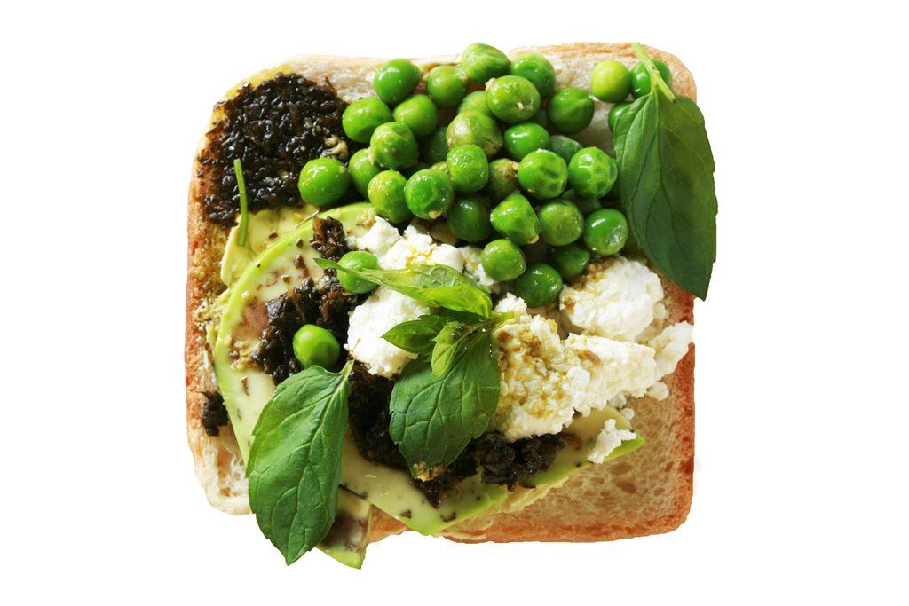 Kanapka z fetą, groszkiem zielonym i sosem miętowym