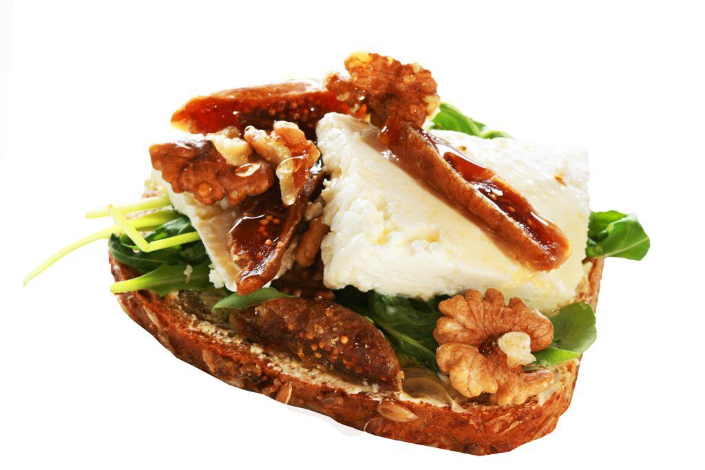 Kanapka z serem twarogowym, rukolą, figami i orzechami włoskimi