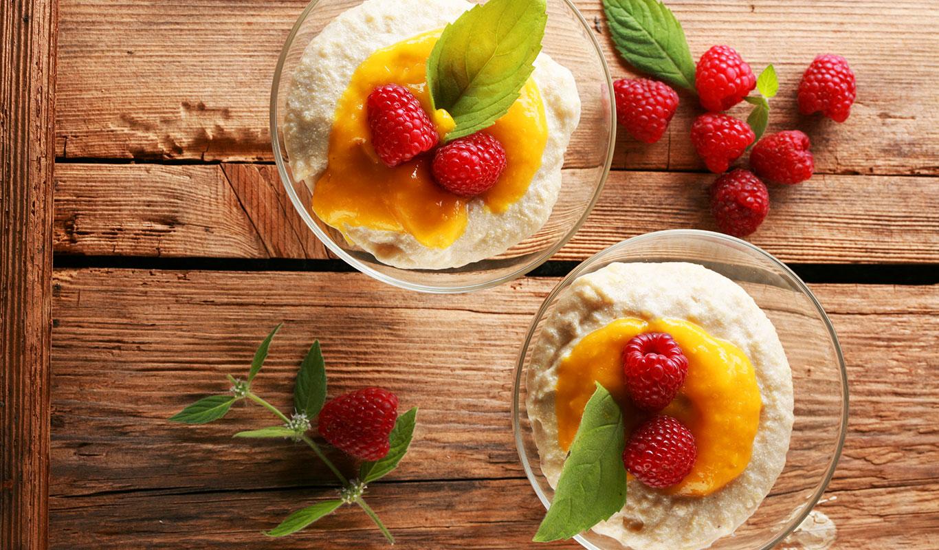 Budyń jaglany z malinami i musem z mango