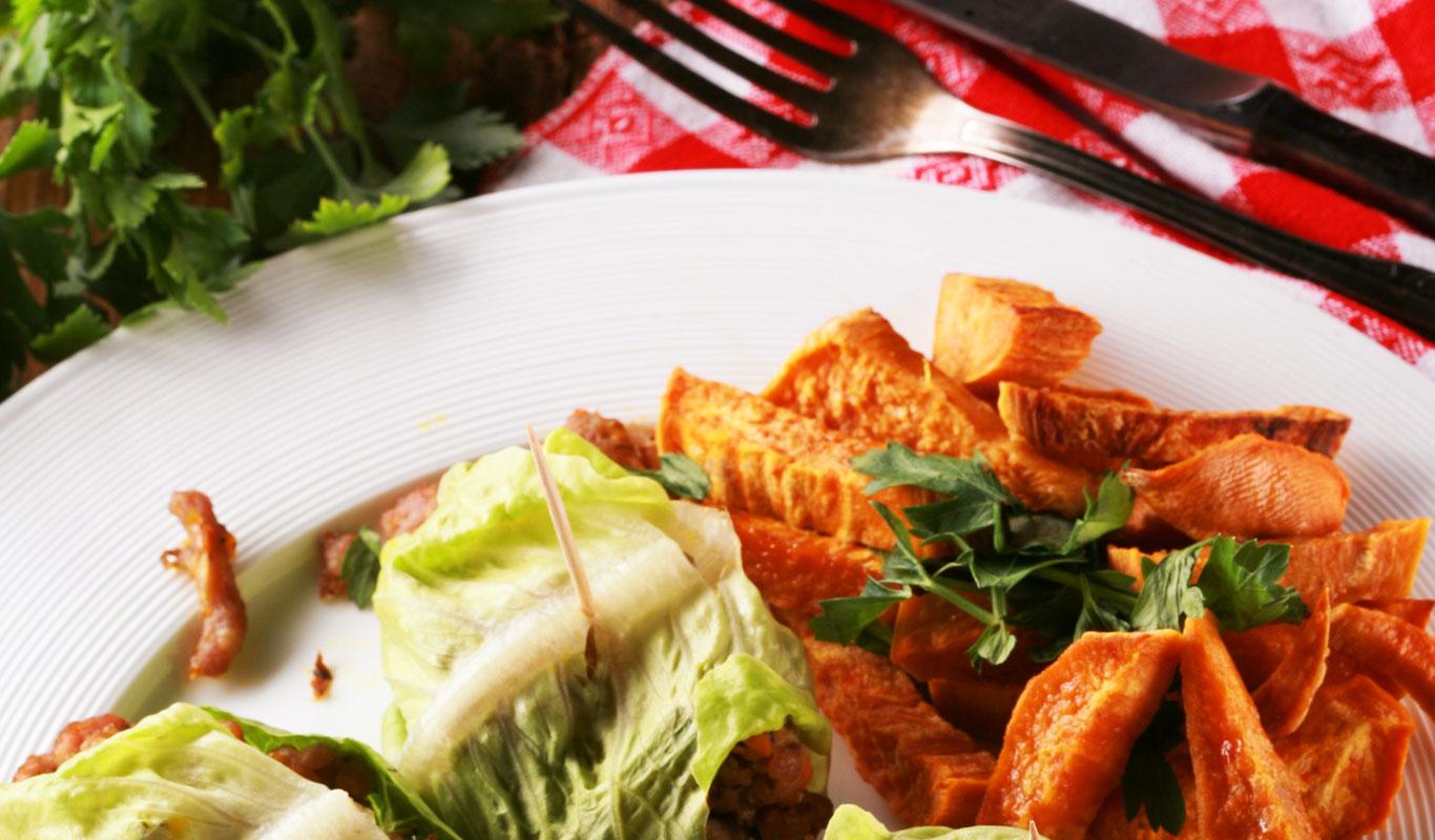 Wrapy z sałaty z indykiem i pieczarkami oraz frytki z batatów