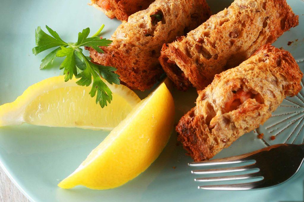 Pieczone roladki z chleba tostowego <br> z łososiem i natką pietruszki