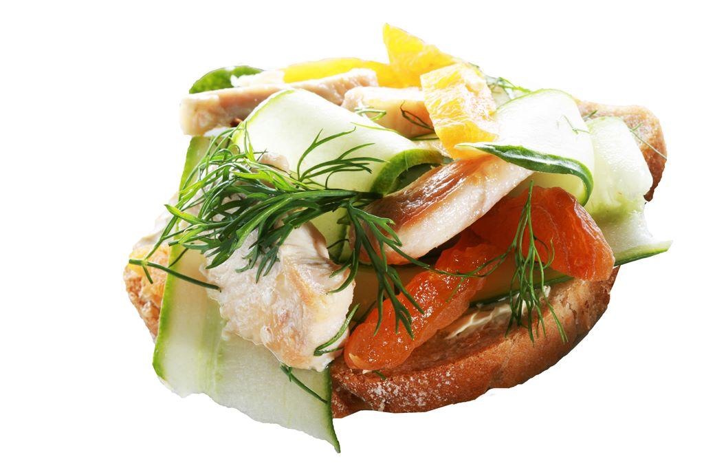 Kanapka z pieczonym kurczakiem nadziewanym morelami, ogórkiem i musztardą dijon
