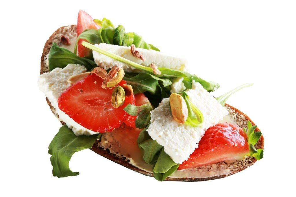 Kanapka z rukolą, serem twarogowym, truskawką i pistacjami