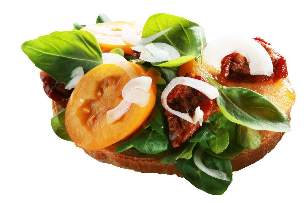 Kanapka z roszponką, świeżymi i suszonymi pomidorami oraz cebulą