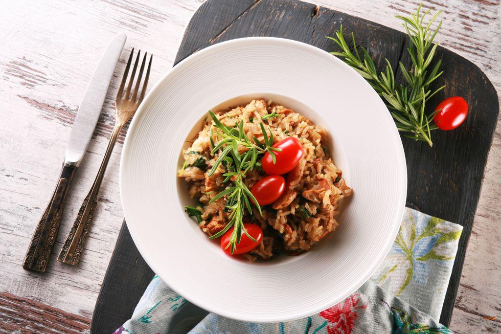 Risotto z brązowego ryżu z kurkami, rukolą i kolorowym pieprzem