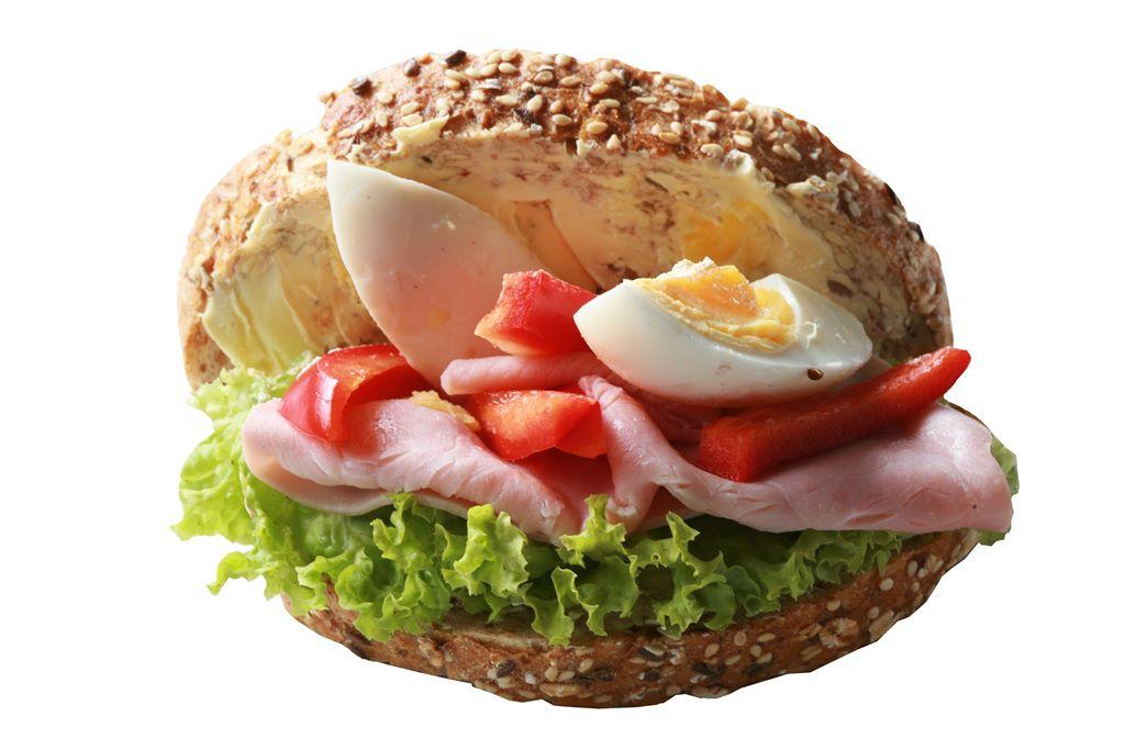 Kanapka z szynką gotowaną, jajkiem, czerwoną papryką i sałatą
