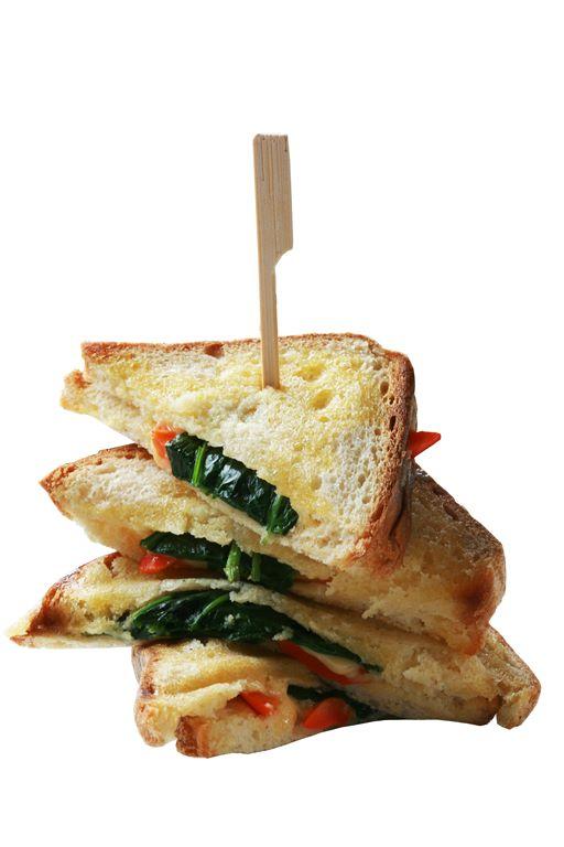 Kanapka opiekana z serem, papryką i młodym szpinakiem