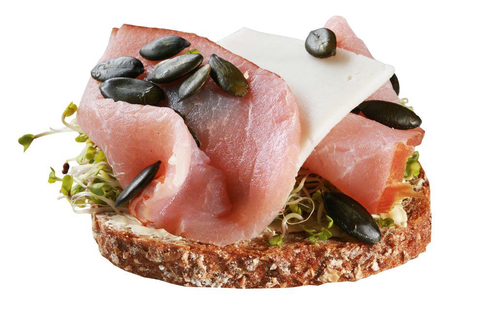 Kanapka z polędwicą, serem, kiełkami brokuła i pestkami dyni