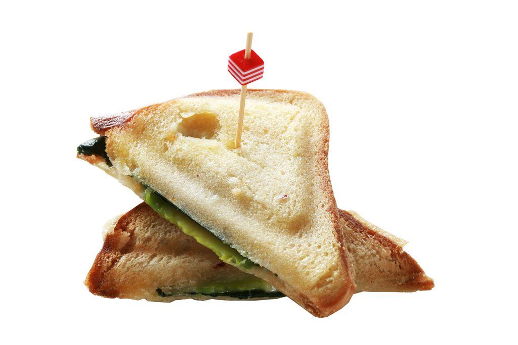 Kanapka z serem, awokado i młodym szpinakiem