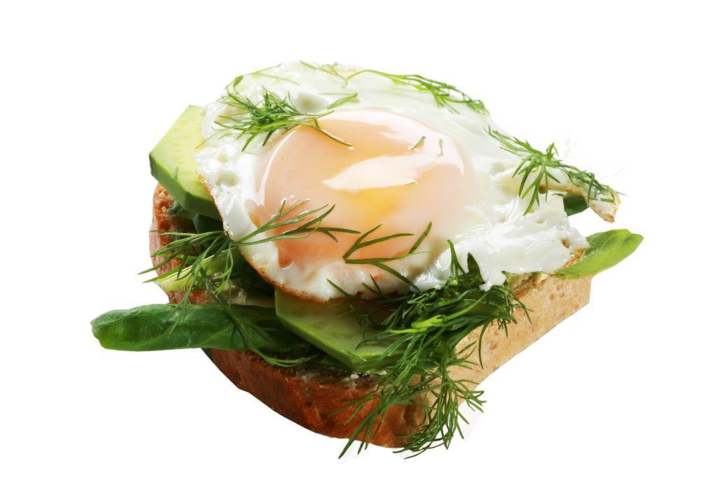 Kanapka z jajkiem sadzonym, awokado i roszponką