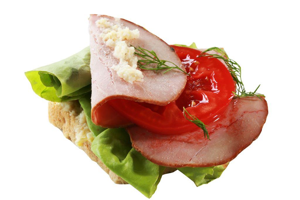 Kanapka z pieczonym schabem, sałatą, pomidorem i chrzanem