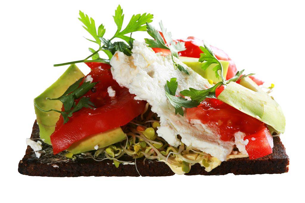 Pumpernikiel z serkiem twarogowym, kiełkami i salsą pomidorową z awokado