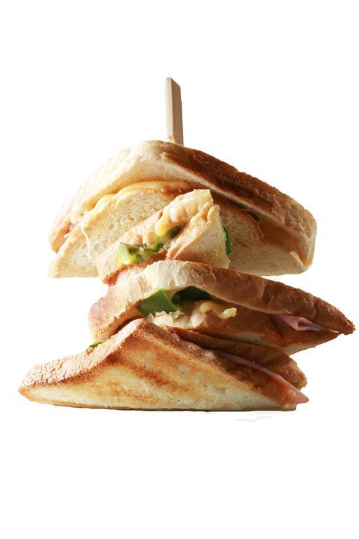 Kanapka z serem, szynką i papryką