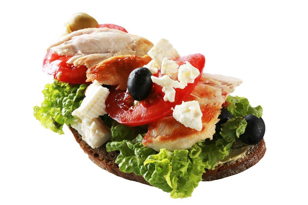 Kanapka z pieczoną piersią kurczaka, pomidorem, oliwkami, fetą i sałatą