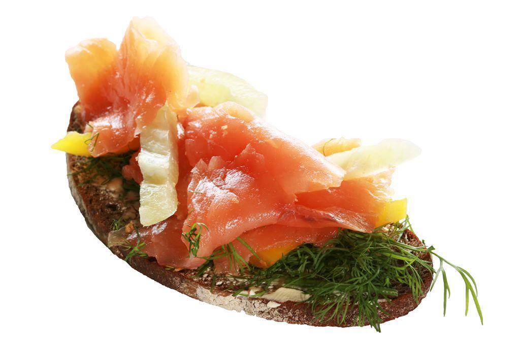 Kanapka z pastą koperkowo-czosnkową, łososiem i papryką