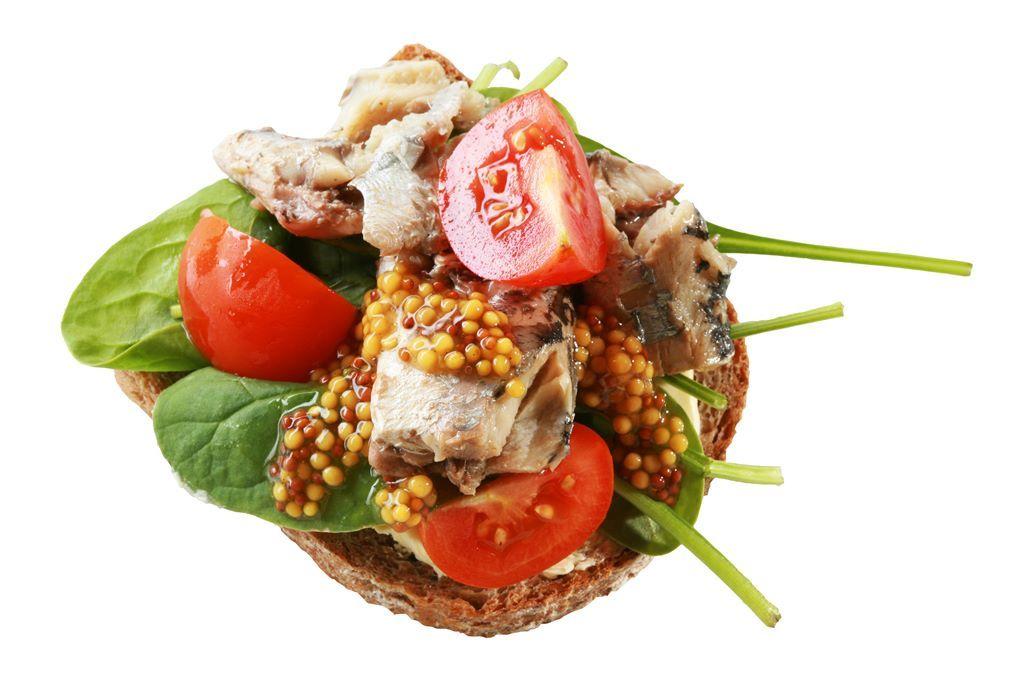 Kanapka z sardynkami, szpinakiem, kolorowymi pomidorkami i musztardą francuską