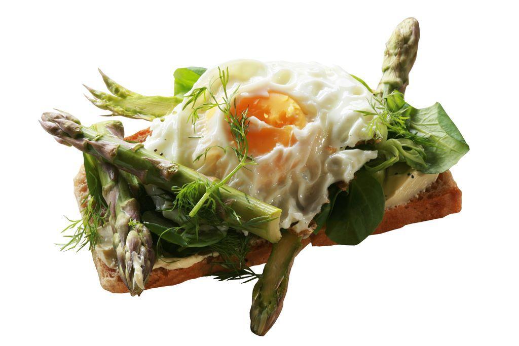 Kanapka z jajkiem sadzonym, szparagami i roszponką