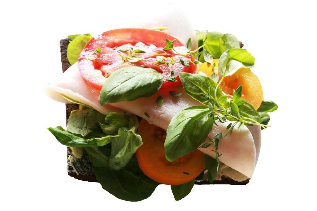 Pumpernikiel z pieczonym indykiem, roszponką, salsą pomidorową i czarnuszką