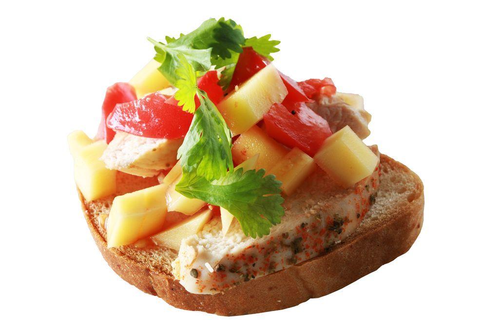Kanapka z pieczonym kurczakiem i salsą z mango i pomidorami
