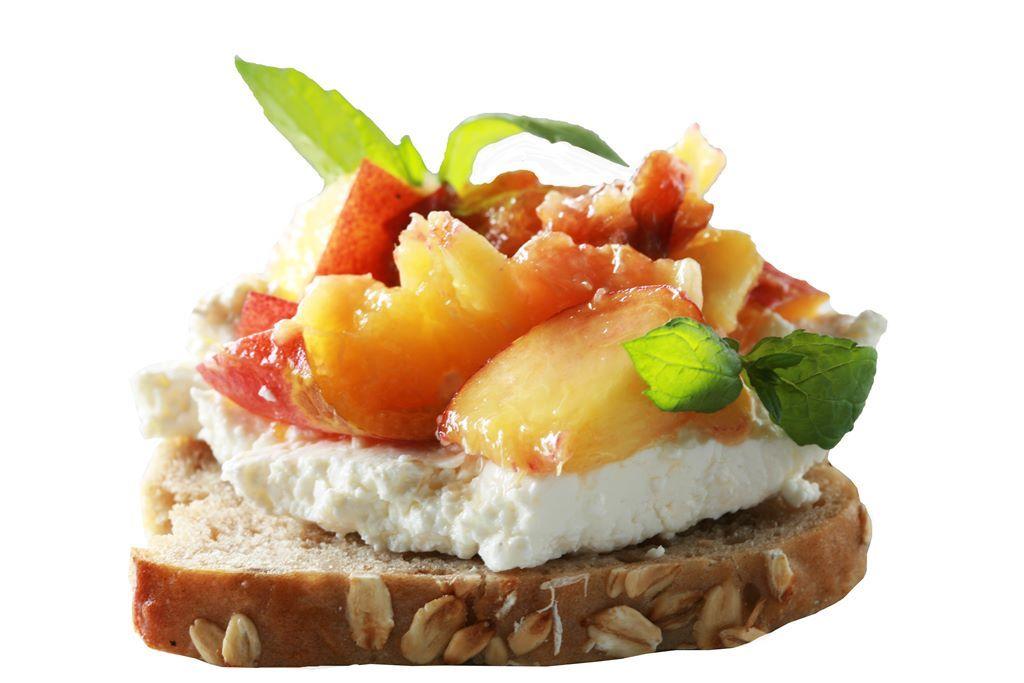 Kanapka z serem twarogowym i karmelizowaną brzoskwinią