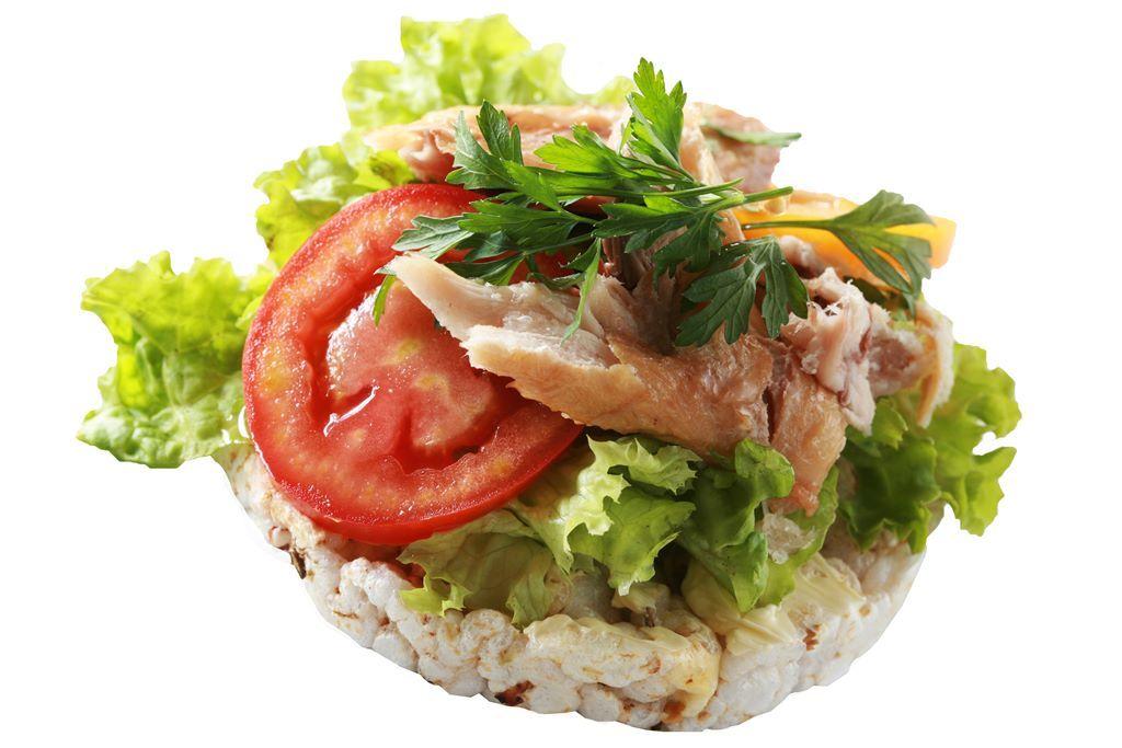 Kanapka z sałatą, makrelą i pomidorem