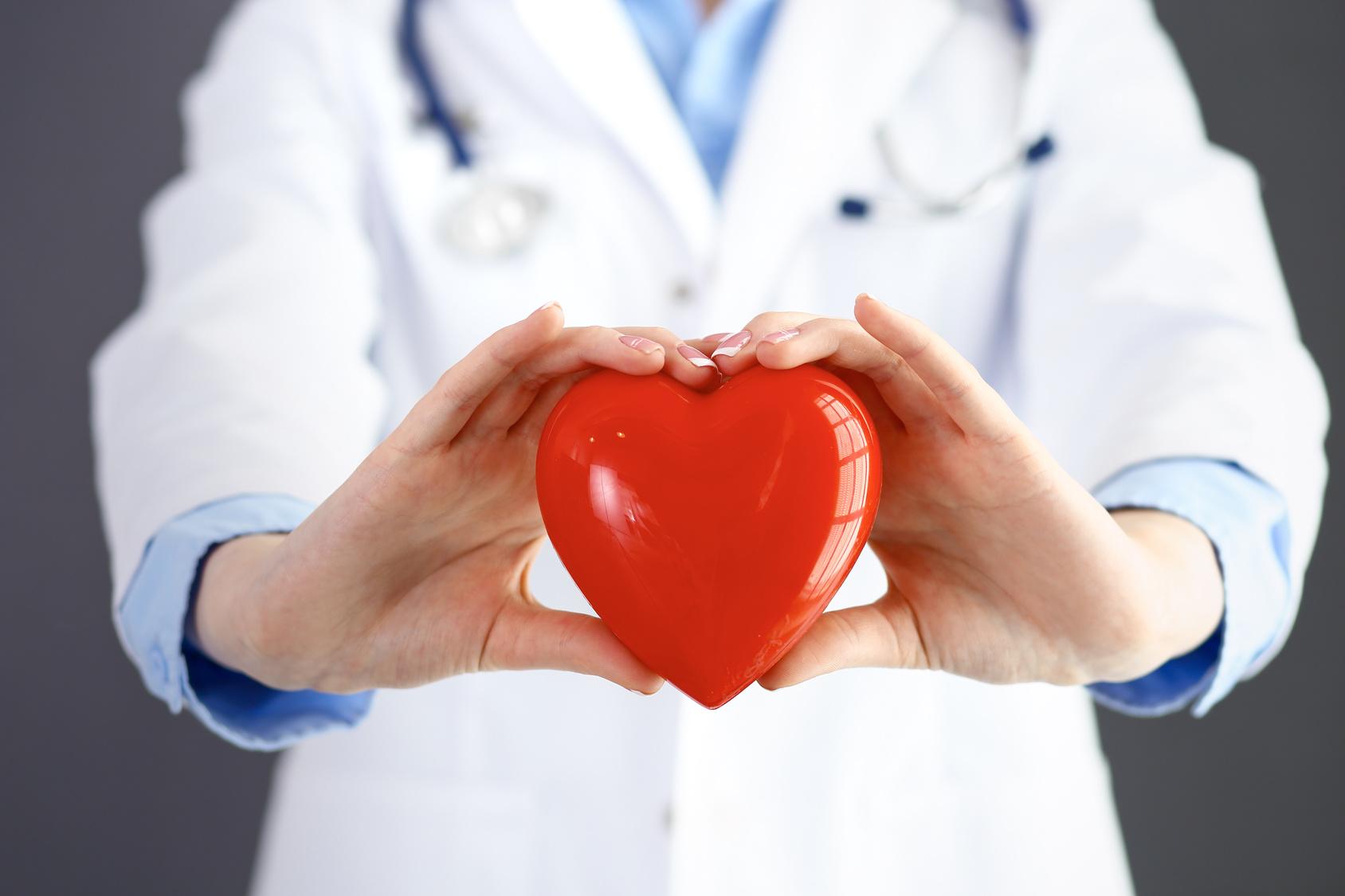 Lekarka ze stetoskopem trzymająca serce