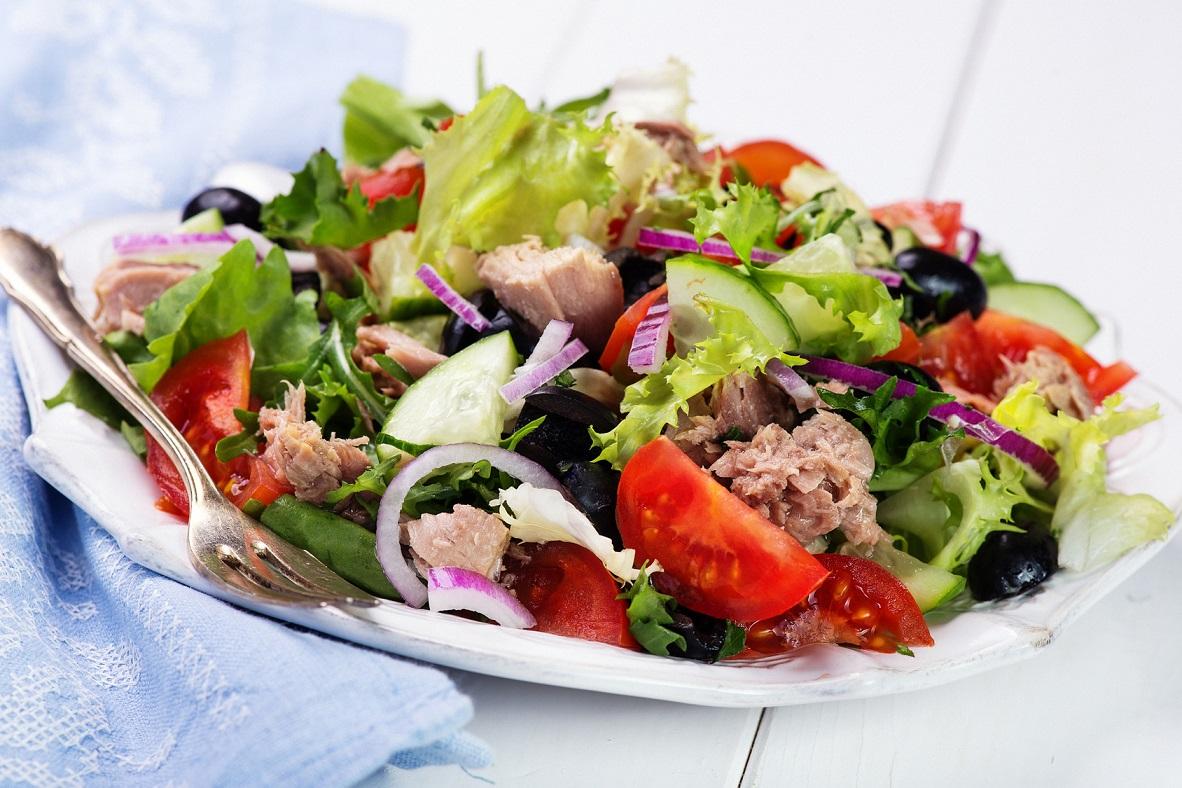 Salatka nicejska – dobry wybór na letnią kolację