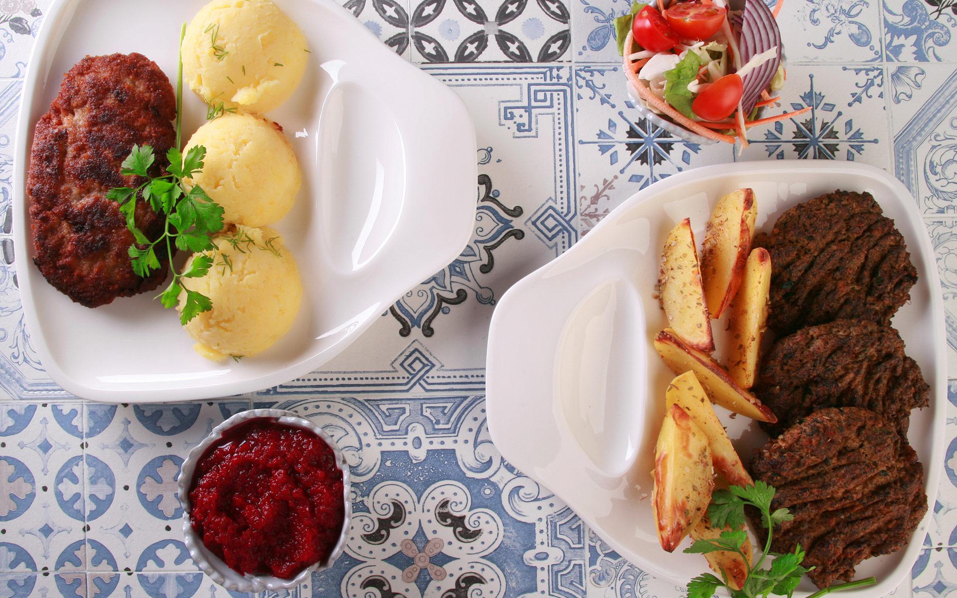 Kotleciki z tofu i pieczarek z pieczonymi ziemniakami i buraczkami vs. Kotlety mielone z ziemniakami z dodatkiem masła i buraczkami