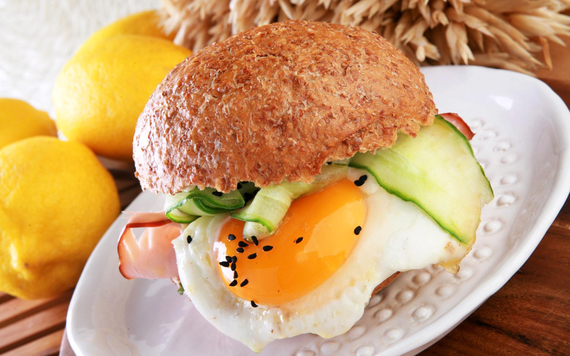 Grahamka z szynką swojską, jajkiem sadzonym, szybko marynowanym ogórkiem z czerwoną cebulą, czarnuszką i lubczykową Optimą Cardio
