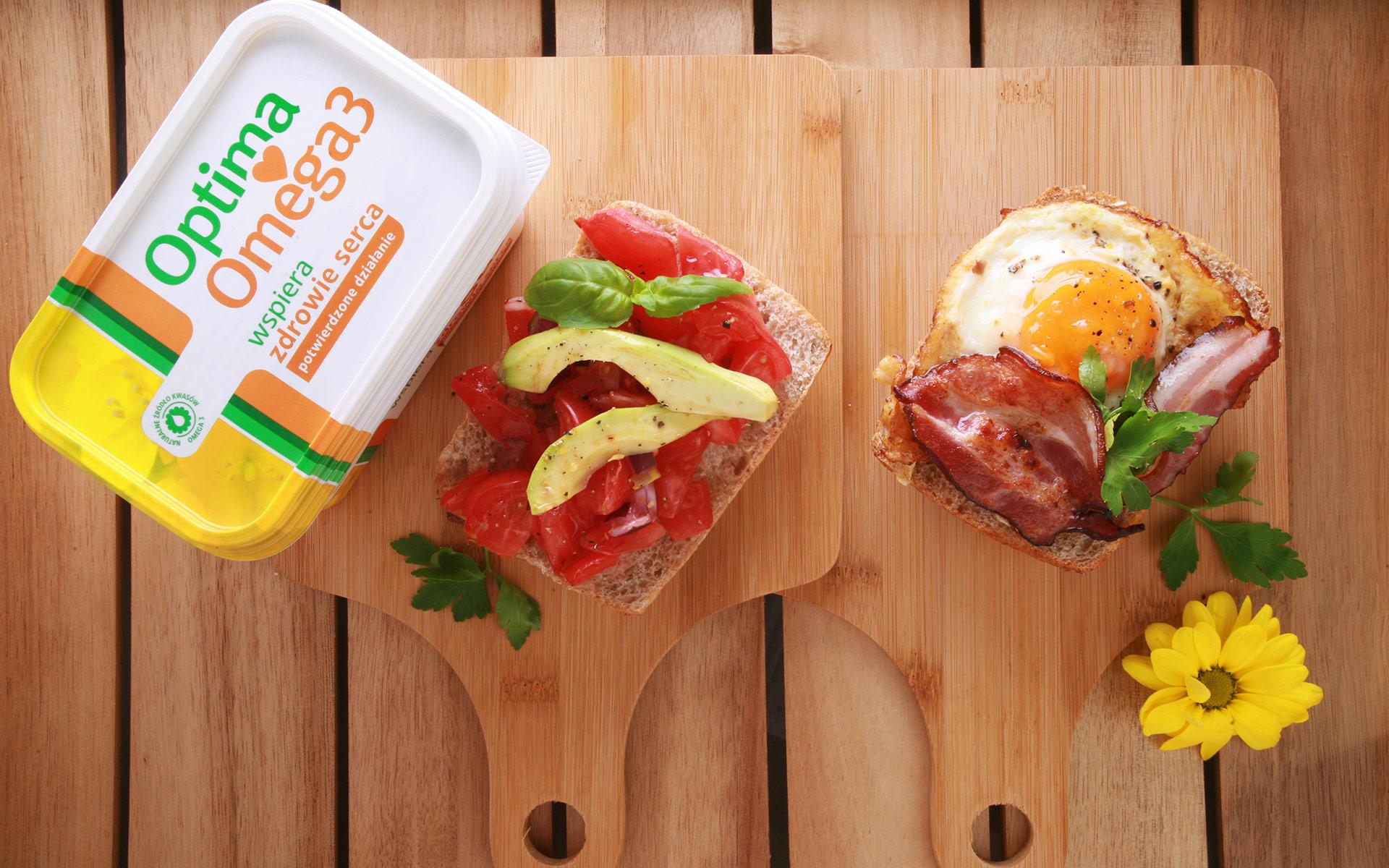 Grzanki z pomidorem, awokado i bazylią vs. Grzanki z jajkiem sadzonym i bekonem i pietruszką