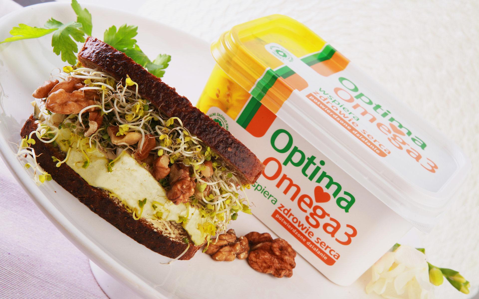 Kanapka z chlebem razowym, kiełkami brokułu, tofu i orzechami włoskimi
