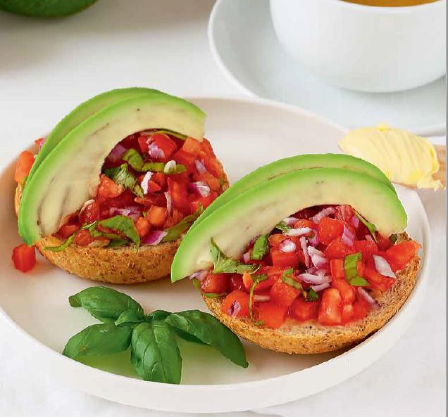 Grzanki z awokado, pomidorem i bazylią na śniadanie