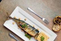 Makrela z purée z ciecierzycy i pieczonego czosnku