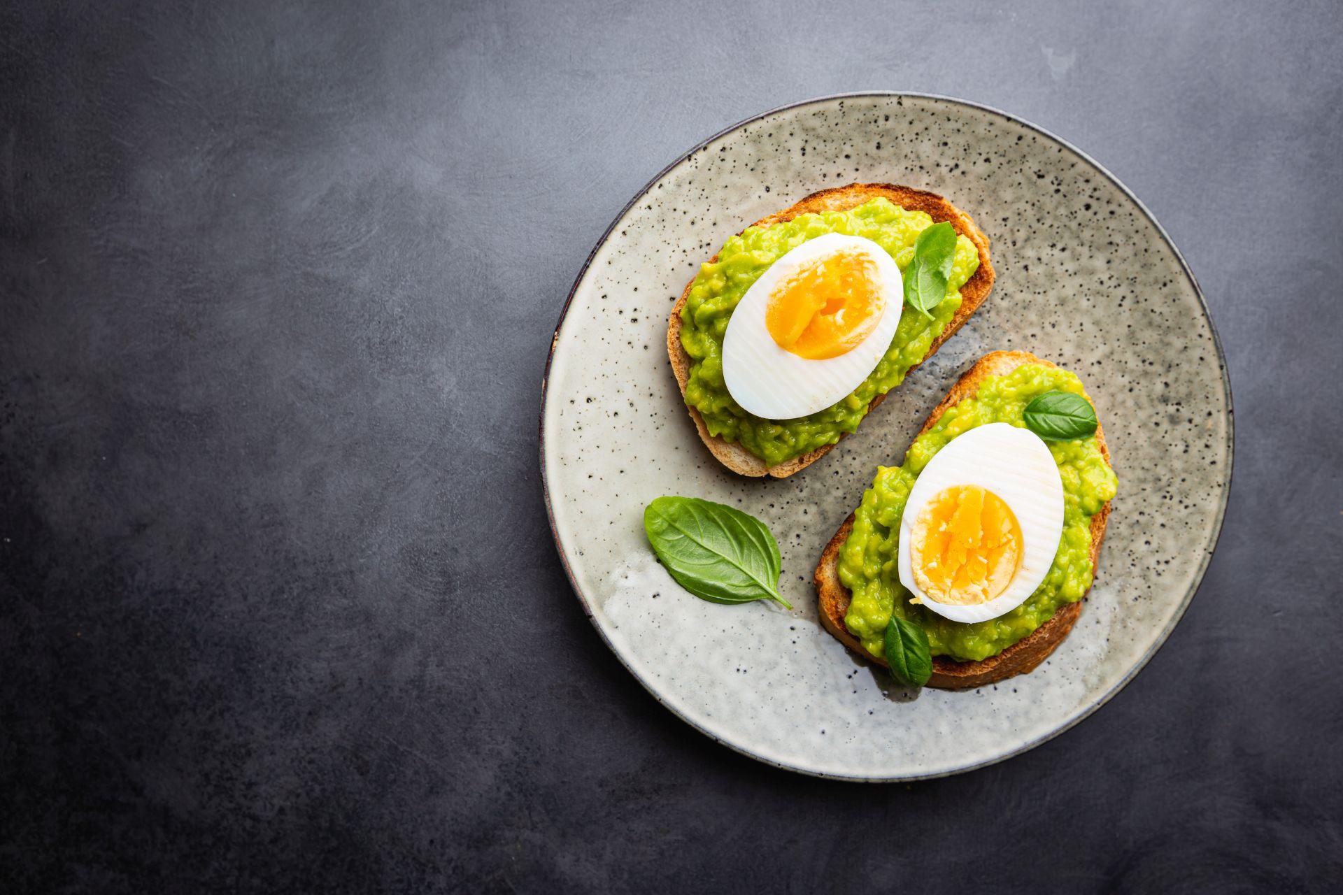 Cholesterol a jajka - czy wpływają na podwyższenie jego poziomu? Sprawdź mity i fakty o cholesterolu i dowiedz się, jak niwelować ryzyko chorób serca.