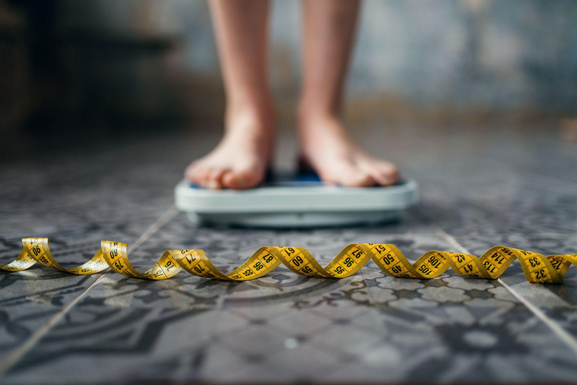 Czy podwyższony cholesterol dotyczy tylko osób z nadwagą? Poznaj mity i fakty o cholesterolu - normy wiekowe, kiedy wykonywać badanie, co wpływa na podwyższenie jego poziomu oraz czy dotyczy tylko osób stosujących złą dietę?