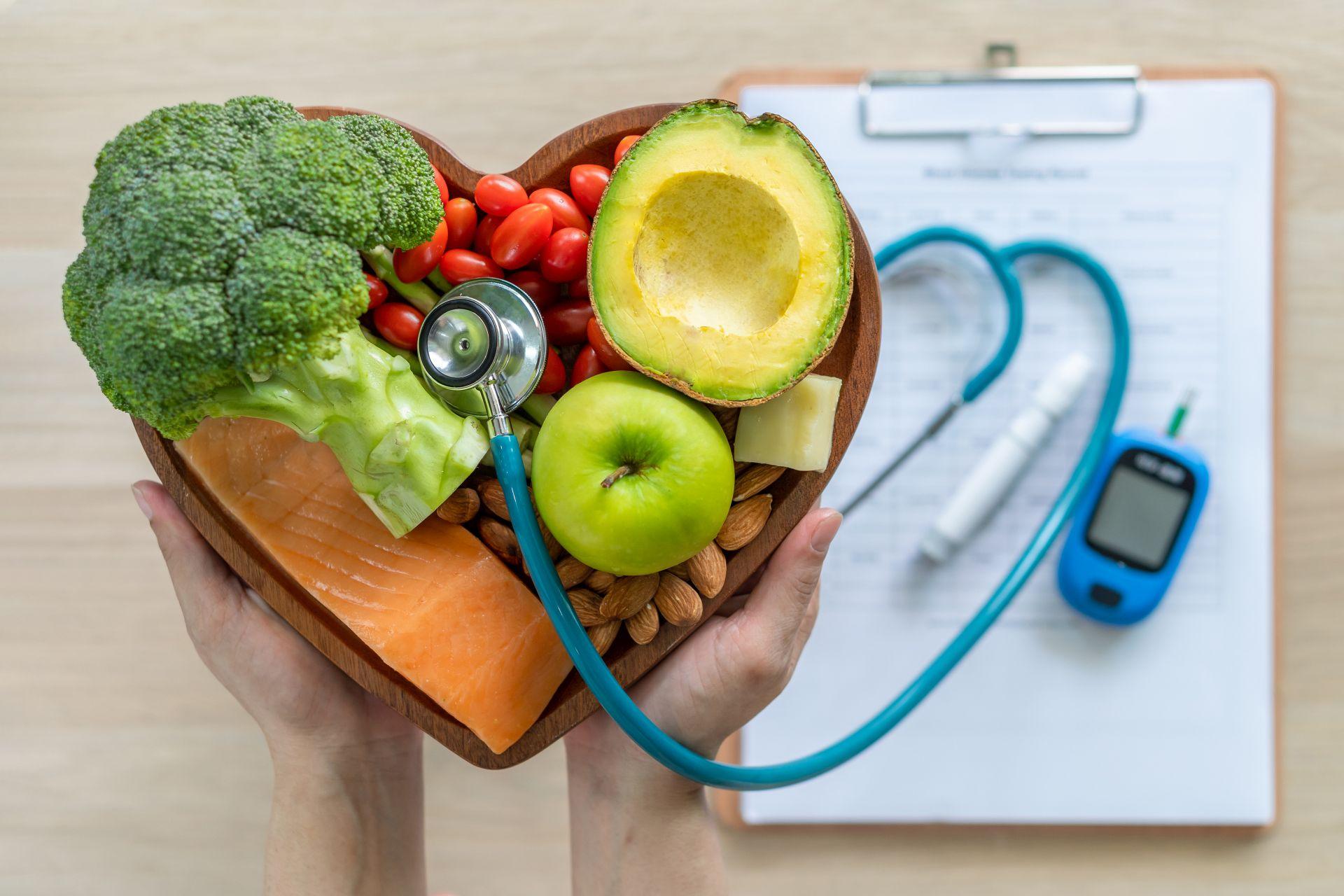 Jak obniżyć cholesterol LDL? Norma cholesterolu całkowitego, HDL i trójglicerydów oraz złego cholesterolu pomoże wskazać ich stężenie w organizmie oraz reagować odpowiednio szybko, aby niwelować ryzyko wystąpienia chorób serca. Działaj profilaktycznie - połącz aktywność fizyczną ze zdrową dietą bogatą w sterole roślinne, które skutecznie obniżają cholesterol nawet o 7-10% już w 2-3 tygodnie.