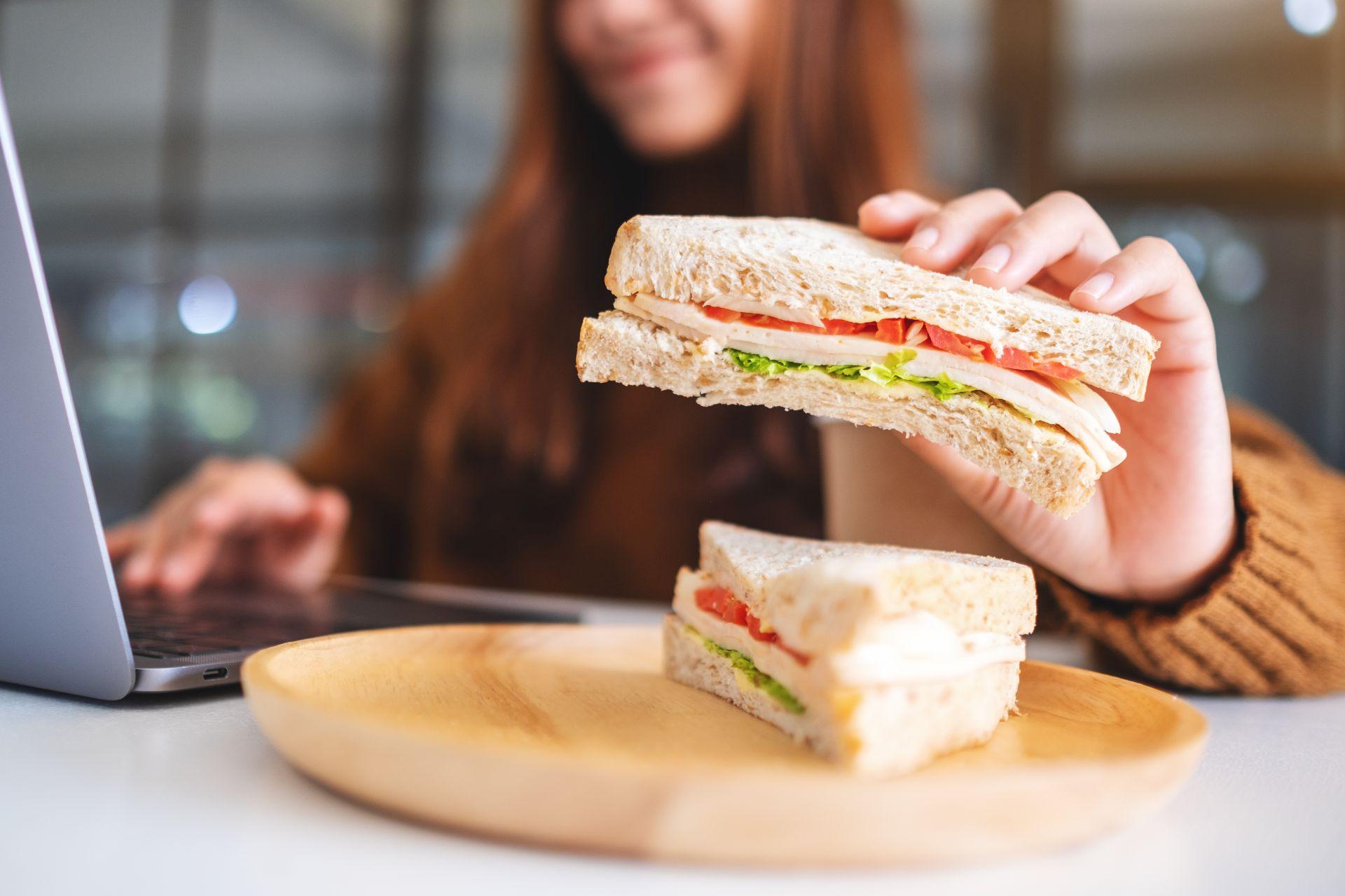 Co jeść zimą, aby mieć siłę i energię do pracy? Dieta dla zapracowanych powinna być bogata w kwas DHA, który wpływa na prawidłowe funkcjonowanie mózgu i wzroku oraz kwasy Omega-3, które wspierają wzmacnianie odporności organizmu. Sprawdź, jak powinna wyglądać dieta zimowa dla zapracowanych.