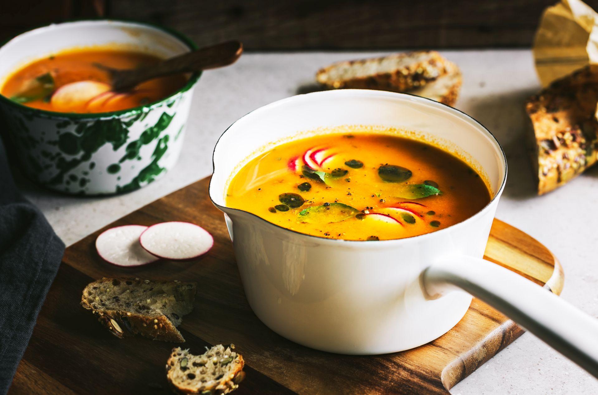 Jak powinna wyglądać dieta zimowa? Co jeść zimą, aby odpowiednio rozgrzewać organizm i zadbać o dostarczanie niezbędnych składników odżywczych? Sprawdź, jakie posiłki rozgrzewające przygotowywać.