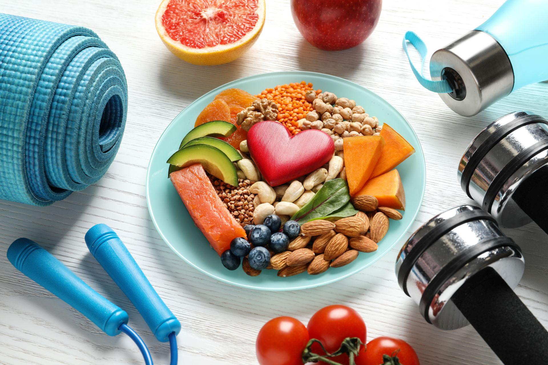 Ćwiczenia dla początkujących bez kondycji połącz ze zbilansowaną dietą bogatą w składniki odżywcze wspierające kości i stawy oraz wzmacniające odporność - witaminę K i D, a także obniżające cholesterol - sterole roślinne.
