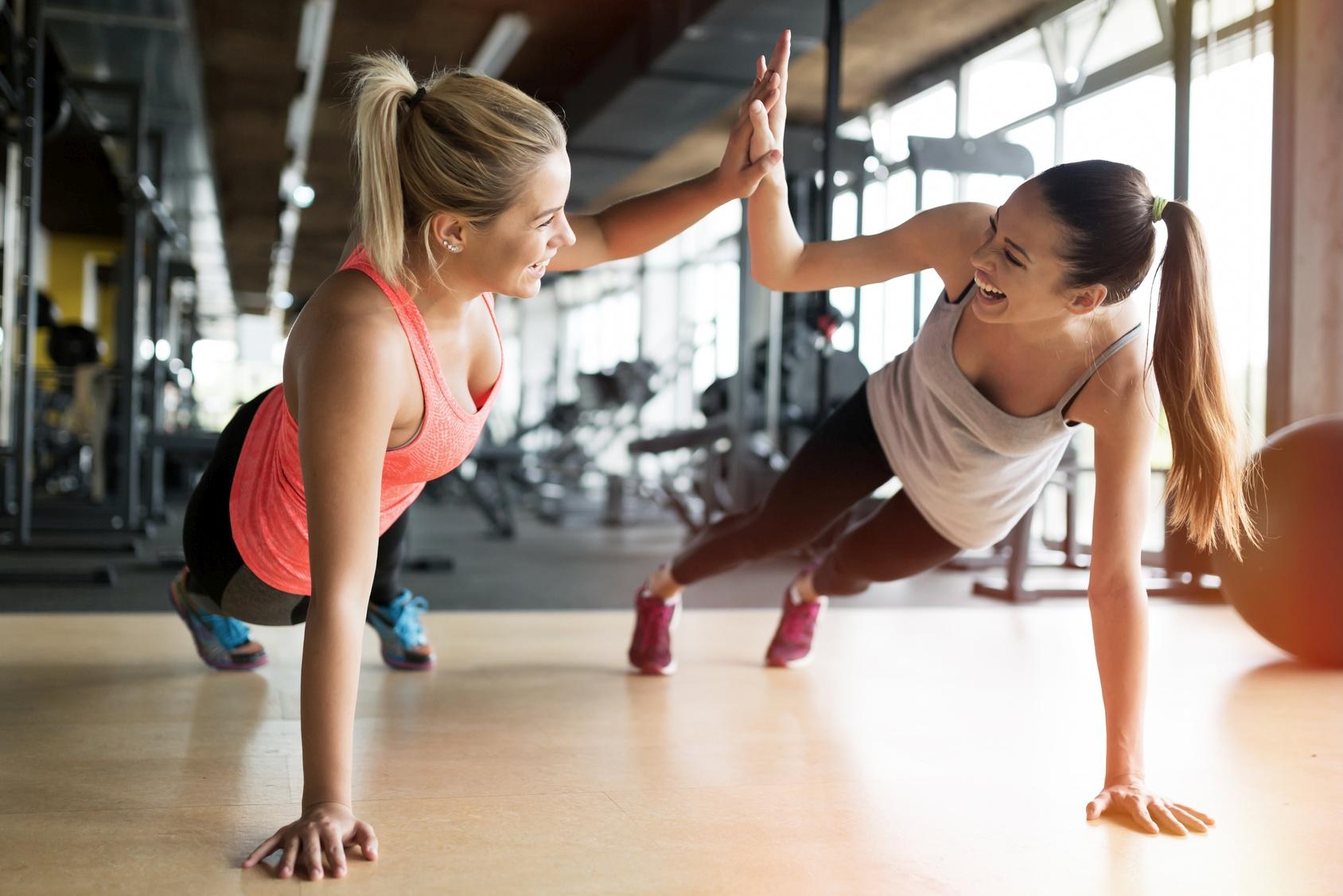 Ćwiczenia dla początkujących bez kondycji w grupie - jak motywować się do regularnej aktywności fizycznej? Połącz ćwiczenia w grupie, monitoring aktywności i zbilansowaną dietę bogatą w witaminę K i D, które wspierają kości i stawy.
