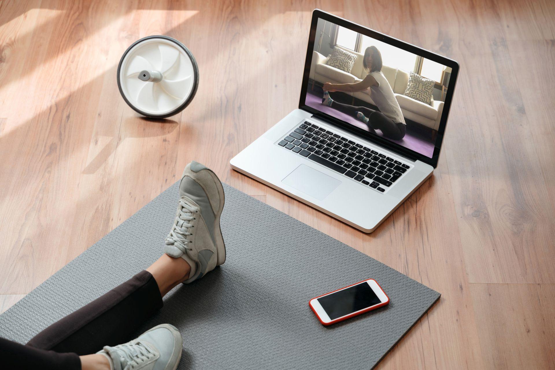 Zachowaj zdrowy styl życia w czasie pandemii i kwarantanny - ćwiczenia w domu mogą być lekkie i przyjemne. Połącz je z dietą lekkostrawną bogatą w kwas DHA, który wspiera pracę mózgu, sprawność intelektualną i wzrok.