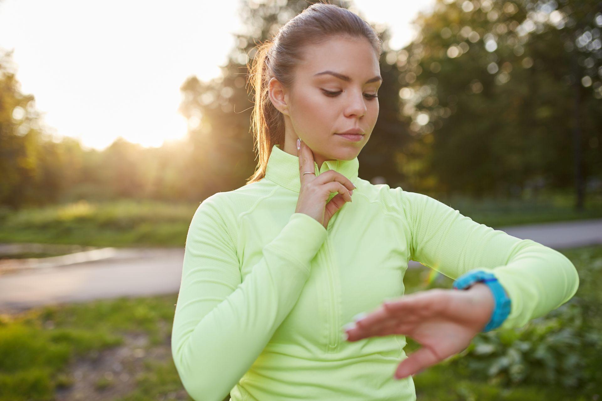 Tętno spoczynkowe a pomiar pulsu po wysiłku fizycznym - jakie normy są prawidłowe i jak obniżać puls?