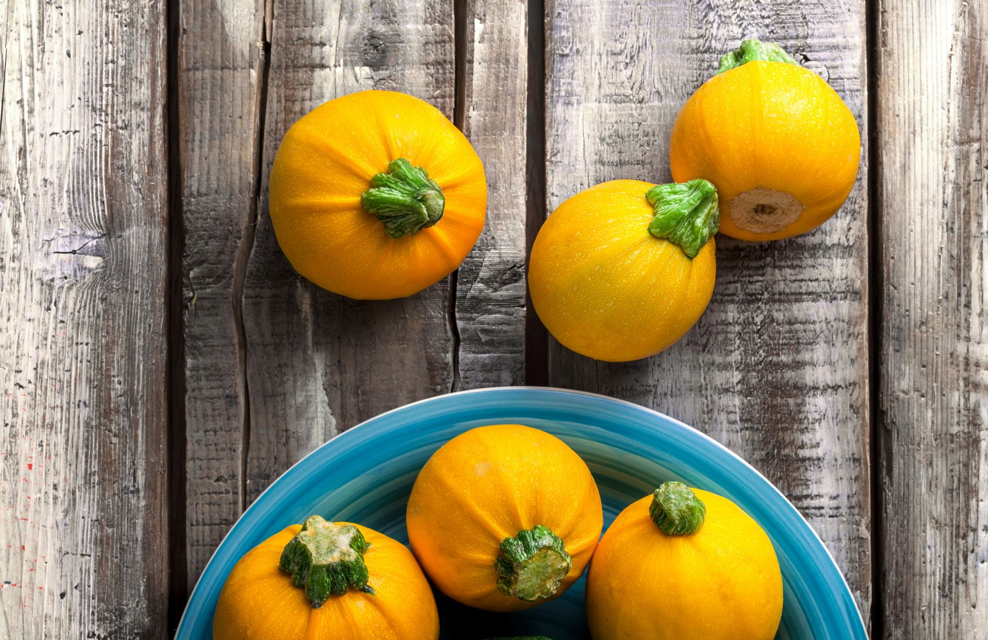 Zielone warzywa i żółta cukinia to składniki, które warto wdrożyć do diety dla serca - lekkostrawne dania z cukinii to bogactwo witamin.