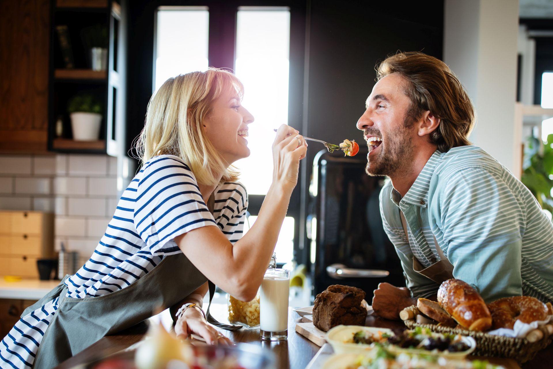 Obniżanie cholesterolu naturalnymi metodami jest możliwe - dieta antycholesterolowa oparta na sterolach roślinnych, zbilansowanych składnikach oraz zdrowy styl życia mogą być kluczem do niwelowania problemu wysokiego cholesterolu.
