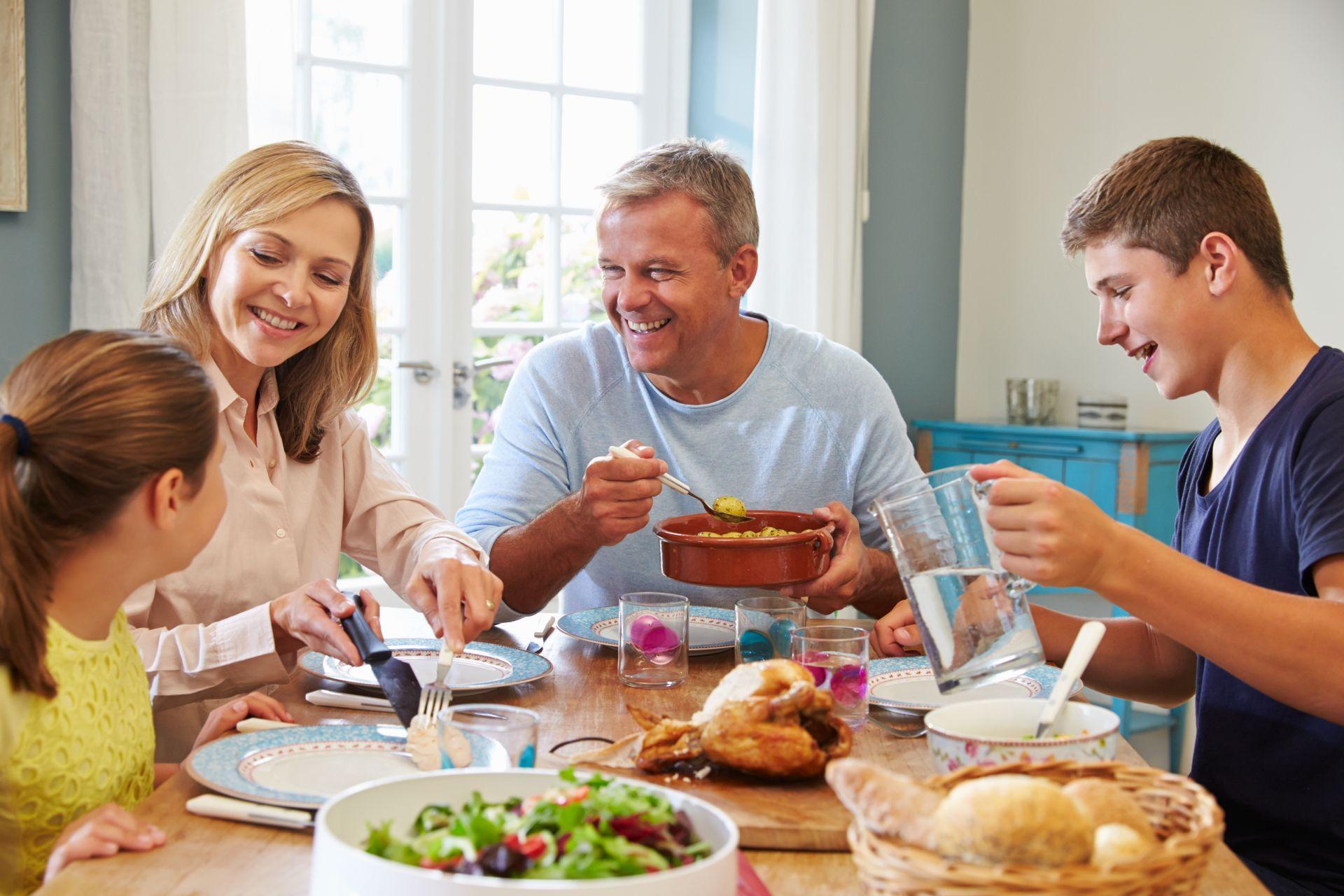 Dbajcie o wspólne posiłki - zdrowe nawyki żywieniowe łatwiej wdrażać wspólnie, a dieta dla dzieci i nastolatków wcale nie musi być nudna.