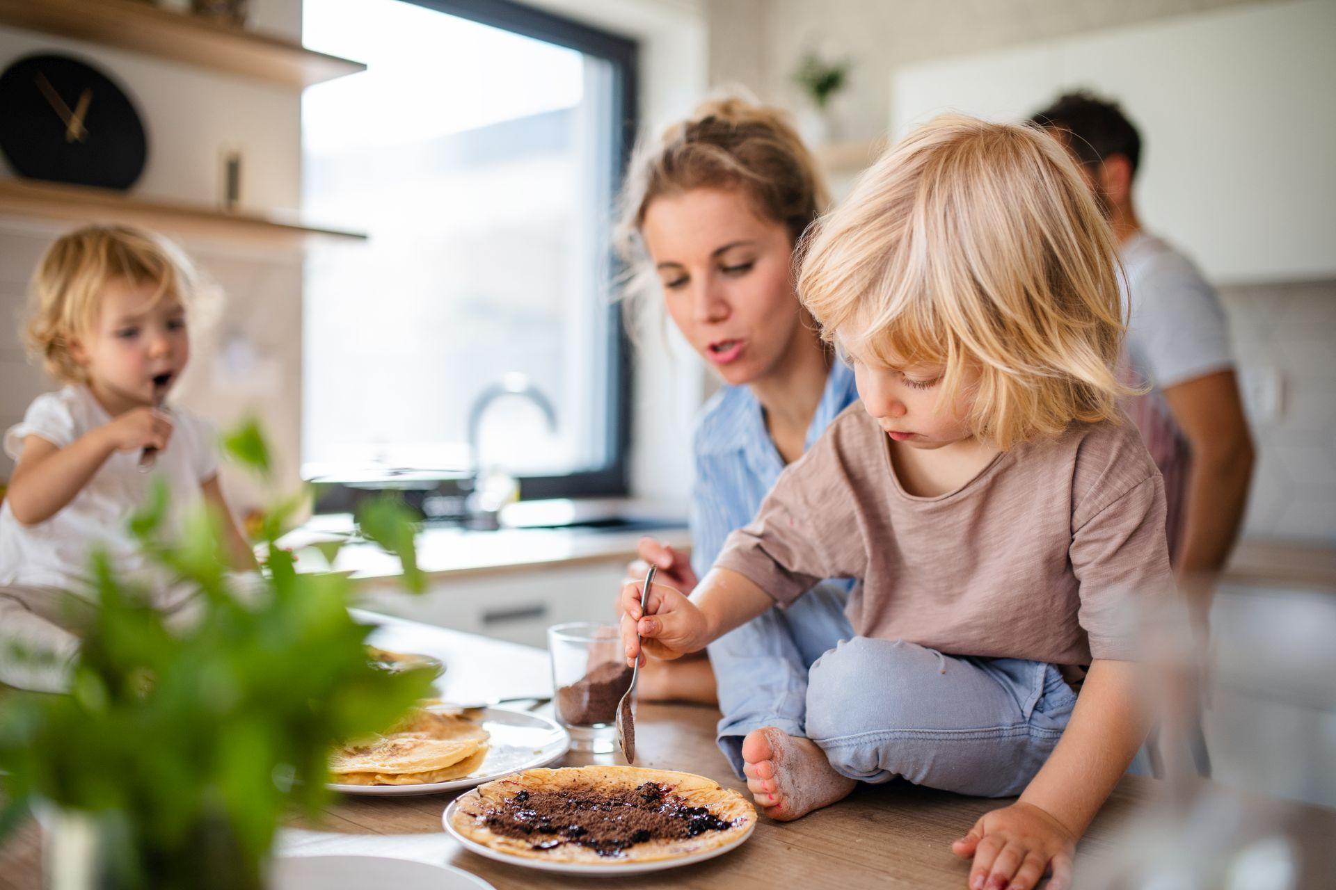 Jak kształtować zdrowe nawyki żywieniowe u dzieci? Jak powinna wyglądać dieta dla dzieci i nastolatków, aby była wartościowa i dostarczała niezbędnych składników odżywczych? Sprawdź!