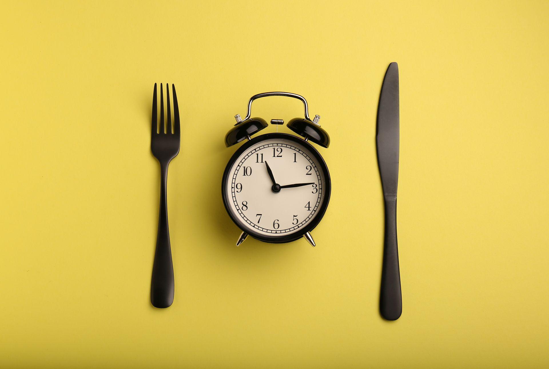 Dieta na otyłość brzuszną i nadwagę powinna opierać się na regularnych posiłkach, które warto rozłożyć w podobnych odstępach czasowych. Sprawdź, jakie składniki powinna zawierać dieta dla otyłych i osób z nadwagą.